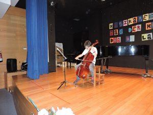 alumno del Deutsche Schule tocando el chelo