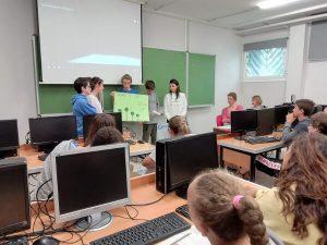 alumnado presentando el trabajo sobre el consumo de agua en el colegio aleman