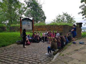 alumnado del deutsche schule escucha las explicaciones de la guia sobre Urgull