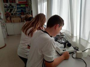 alumnado en el laboratorio del Deutsche Schule