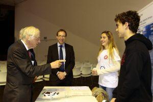 El premio nobel Dr. Huber con el alumnado del colegio aleman
