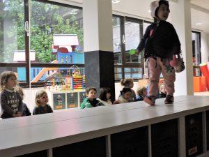 alumnado de kindergarten del colegio alemán en un desfile de modelos