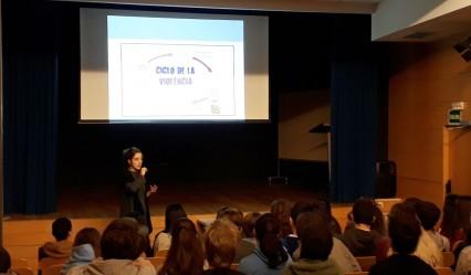 alumnado del Deutsche Schule durante el taller de la Asociación Clara Campoamor