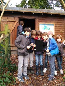 el alumnado del colegio aleman observa las aves en el parque de Plaiaundi