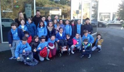 alumnado del colegio alemán antes de entrar a la emisora de la Cadena SER en San Sebastián