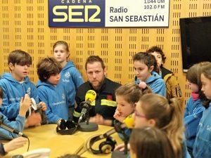 alumnado del Deutsche Schule entrevistando al jefe de bomberos de San Sebastián