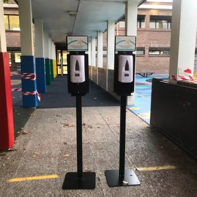 Dispensadores de gel hidro alcohólico en la entrada del Deutsche Schule San Alberto Magno de San Sebastián