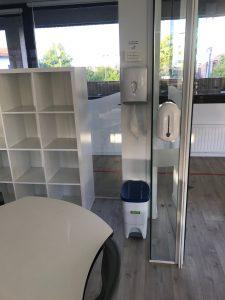 Dispensadores de gel hidro alcohólico, papeleras y papeles desechables en las aulas del Deutsche Schule San Alberto Magno de San Sebastián