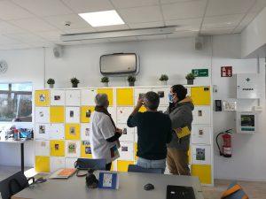 profesorado observa purificadores de aire en el colegio alemán de San Sebastián